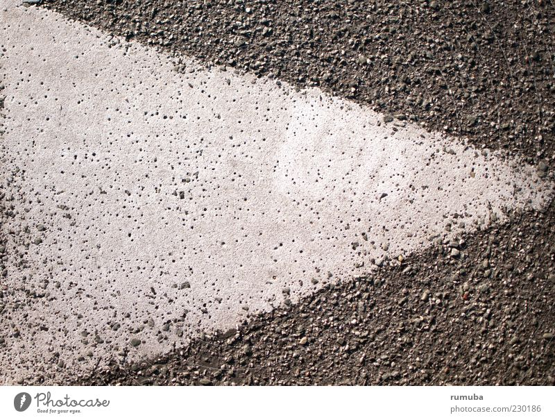 Orientierung weiß Straße grau Farbstoff Ordnung Ziel Asphalt Zeichen Pfeil rechts Dreieck wegweisend Orientierungszeichen
