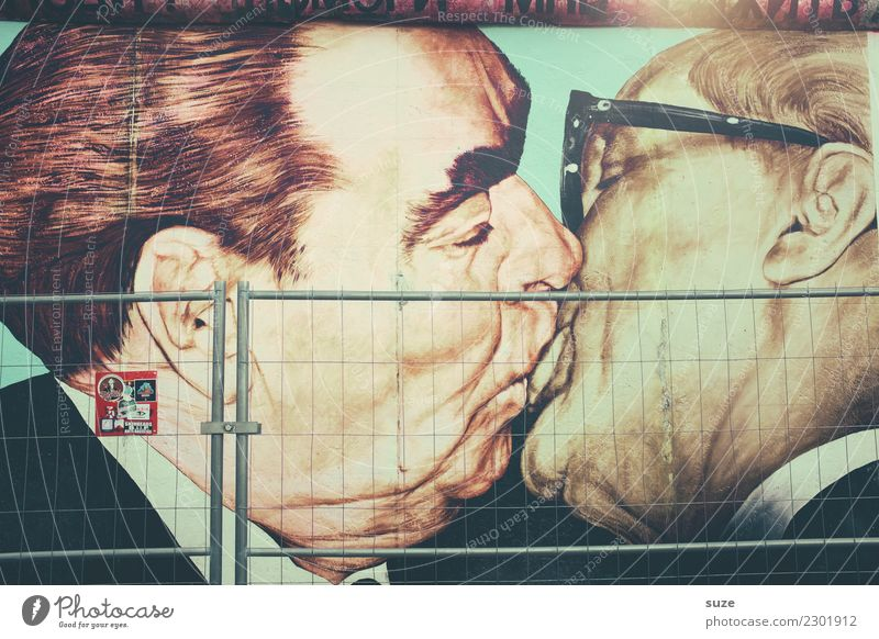Kurioses | Gruß und Kuss Bruder Freundschaft Kunst Kunstwerk Gemälde Hauptstadt Sehenswürdigkeit Wahrzeichen Denkmal Zeichen Küssen verrückt Gastfreundschaft