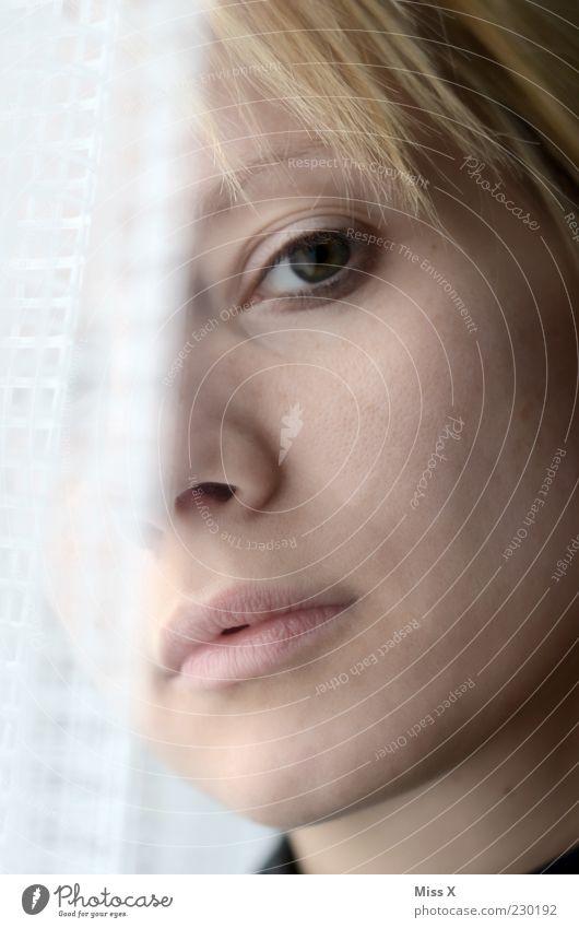 Blick Frau Mensch Jugendliche schön Erwachsene Gesicht Auge feminin blond Lippen 18-30 Jahre Vertrauen Vorhang Gardine Junge Frau Stolz