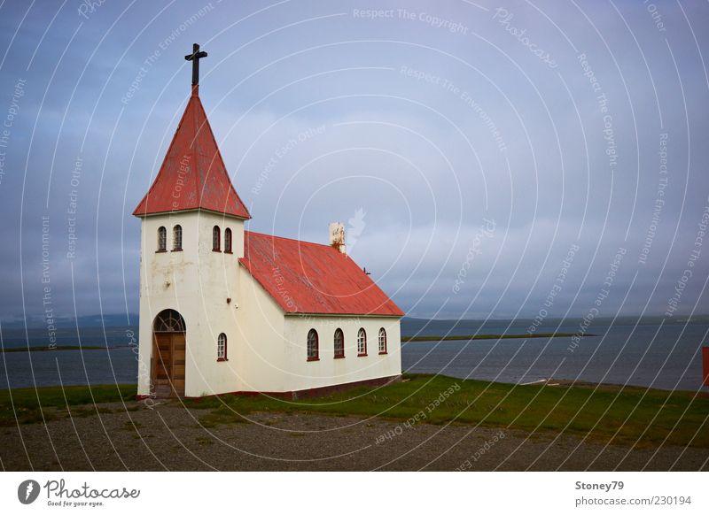 Kirche Himmel Wolken schlechtes Wetter Küste Fjord Menschenleer Kreuz kalt trist blau grau rot weiß ruhig Glaube Einsamkeit Religion & Glaube Schutz Christentum