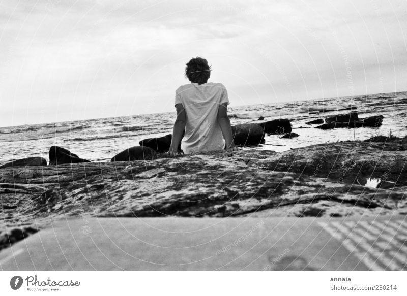 Junger Mann und das Meer maskulin Erwachsene Sommer Küste Strand Ostsee Erholung Blick träumen Traurigkeit Unendlichkeit demütig Sehnsucht Fernweh Einsamkeit