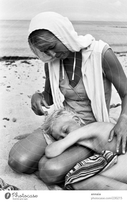 Kuscheln Frau Kind Natur Ferien & Urlaub & Reisen Meer Sommer Strand ruhig Erwachsene Erholung Liebe feminin träumen Familie & Verwandtschaft Kindheit
