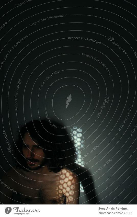 genervt. Mensch Jugendliche Erwachsene kalt Wand Haare & Frisuren Mauer Haut maskulin 18-30 Jahre dünn Bart Locken brünett langhaarig