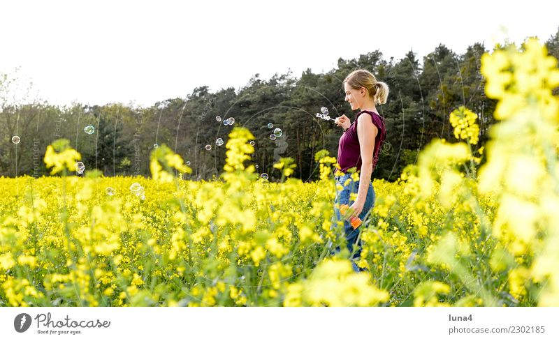 Seifenblasen Freude Glück Zufriedenheit Erholung ruhig Freiheit Sommer Junge Frau Jugendliche Erwachsene Natur Frühling Feld langhaarig genießen lachen frei
