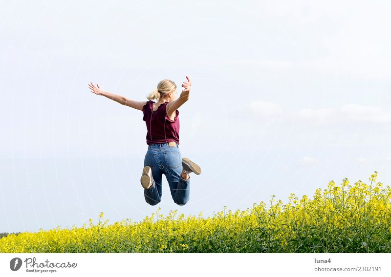 Sprung ins Glück Frau Jugendliche Junge Frau blau Sommer grün Freude Erwachsene gelb Frühling Bewegung lachen Freiheit Textfreiraum Zufriedenheit springen