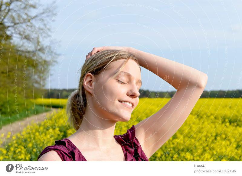 Frühling 2 Glück schön Zufriedenheit Erholung ruhig Freiheit Sommer Junge Frau Jugendliche Erwachsene Natur Feld blond genießen lachen frei Fröhlichkeit gelb