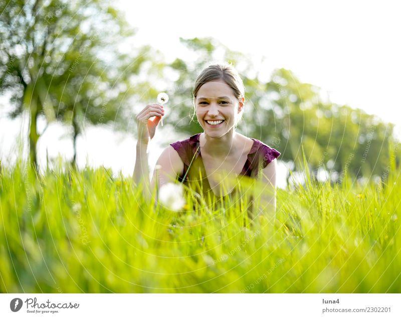 Frühling 1 Zufriedenheit Erholung Sommer Junge Frau Jugendliche Erwachsene Natur Pflanze Blume Wiese genießen lachen Fröhlichkeit grün Lebensfreude Hoffnung
