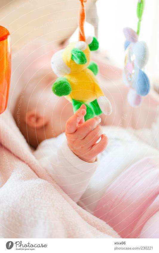 schön, ein baby zu sein :) Mensch Hand Mädchen Baby rosa Finger Liege berühren Kind greifen Stofftiere Mobile 0-12 Monate