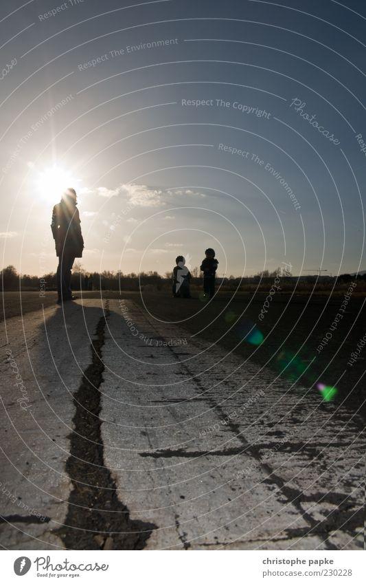 Shine baby, shine... Mensch Sonne Ferne Straße dunkel Wege & Pfade Stimmung Kindheit warten Beton Zukunft beobachten Unendlichkeit Schönes Wetter stagnierend Fortschritt