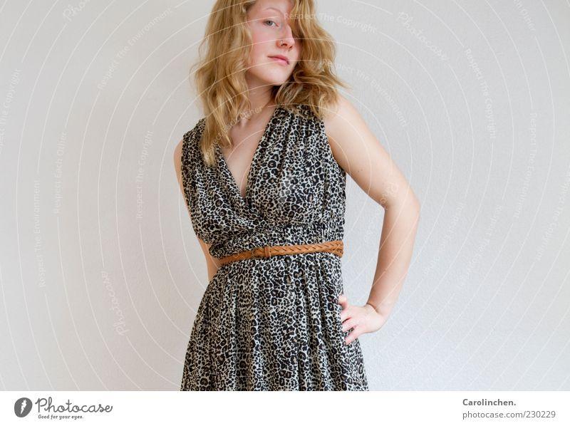 Kleidchen. feminin Junge Frau Jugendliche Erwachsene 1 Mensch 18-30 Jahre Mode Bekleidung Gürtel Haare & Frisuren blond langhaarig Locken Lächeln frech