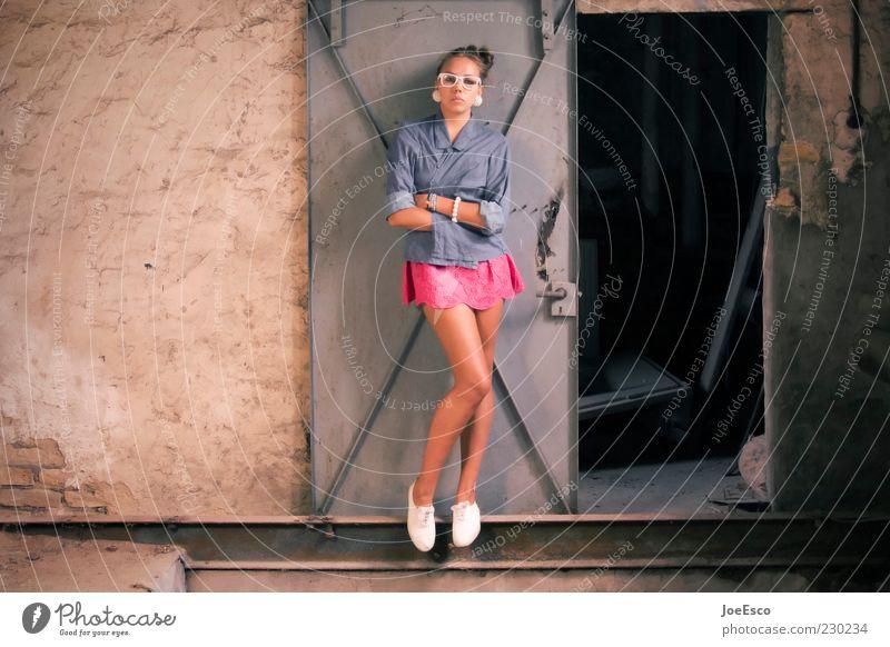 #230234 Stil schön Raum Keller Frau Erwachsene Leben Beine Tür Mode Hemd Rock Accessoire Brille Turnschuh beobachten Erholung stehen Coolness trendy nerdig