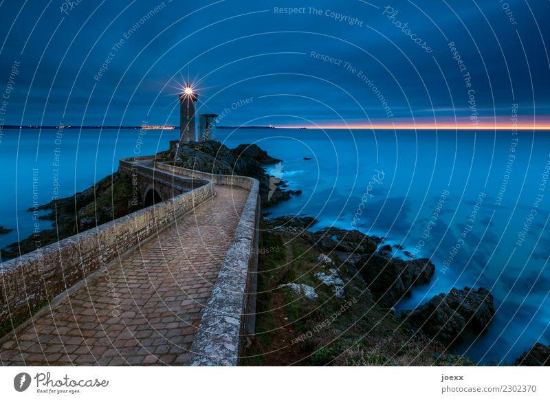 Steinweg über Brücke  zu Leuchtturm, umspült vom Meer zur Blauen Stunde Küste Seascape Himmel Wellen Frankreich Bretagne Phare du Petit Minou Horizont Wasser