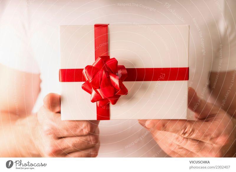Männliche Hände halten Geschenk mit roter Schleife Stil Design Leben Party Veranstaltung Feste & Feiern Valentinstag Weihnachten & Advent Mensch maskulin Hand