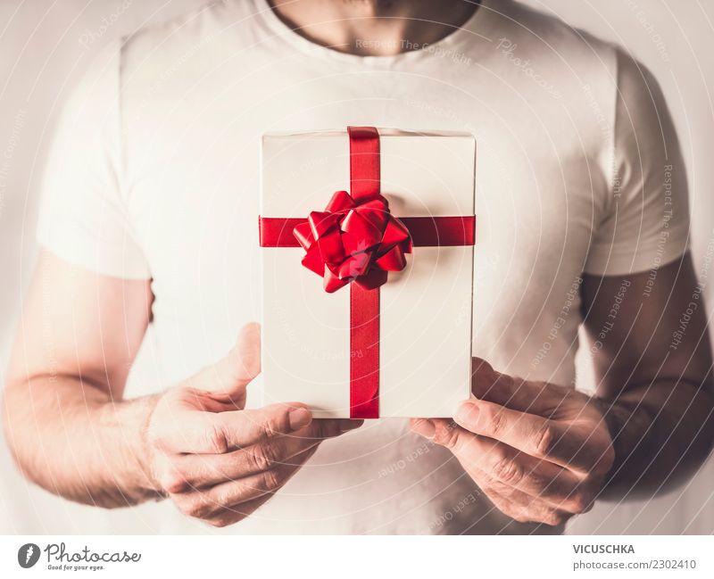 Geschenkbox mit rotem Band in den Händen Stil Design Freude schön Veranstaltung Valentinstag Weihnachten & Advent Mensch maskulin Hand Dekoration & Verzierung