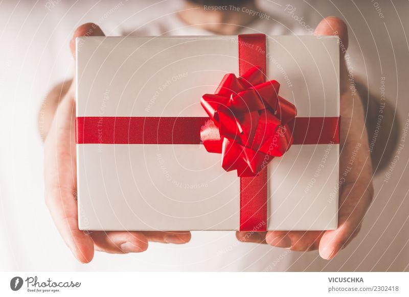 Hände des Mannes mit Geschenk Stil Design schön Dekoration & Verzierung Veranstaltung Feste & Feiern Valentinstag Weihnachten & Advent Geburtstag Mensch