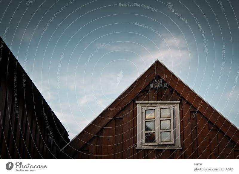 Fensterblick Haus Umwelt Natur Himmel Hütte Fassade Dach authentisch dunkel fantastisch natürlich Spitze blau braun Stimmung Einsamkeit Spitzdach Holzhaus