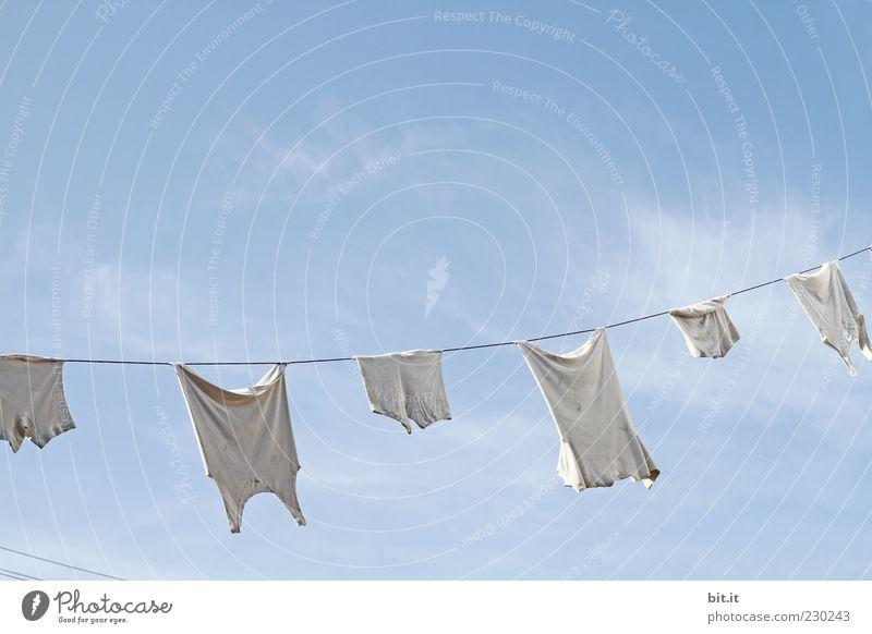 da war ein rotes Teil dazwischen ;-) Himmel weiß Wolken Luft frisch Sauberkeit Wäsche Unterhose Wäscheleine hängend Unterhemd gewaschen Waschtag