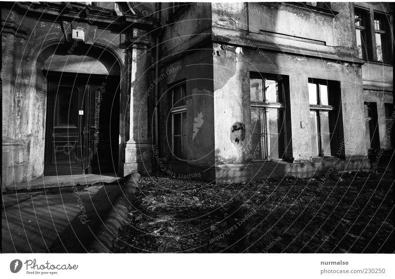 Nr 1 Haus Mauer Wand Fassade Fenster Tür alt trashig trist Stimmung Vergänglichkeit Wandel & Veränderung Altbau Stuck Hausnummer Putz Jugendstilhaus