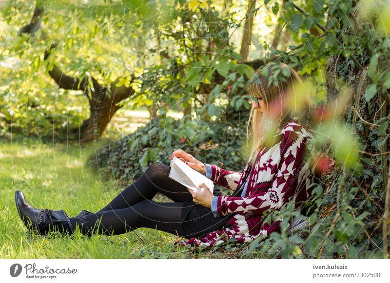 Mädchen, das unter dem Baum, das Buch lesend stationiert Lifestyle Glück schön Erholung Freizeit & Hobby Freiheit Sonne lernen Studium Frau Erwachsene Natur