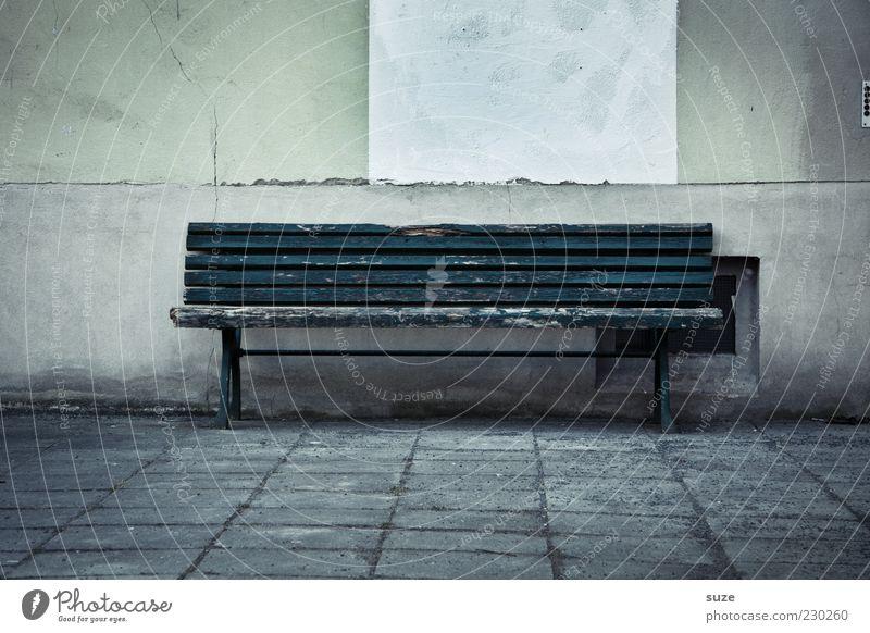 Bankrott alt Einsamkeit dunkel Wand Mauer leer trist Vergangenheit Sitzgelegenheit Wege & Pfade Bodenplatten Holzbank Steinweg