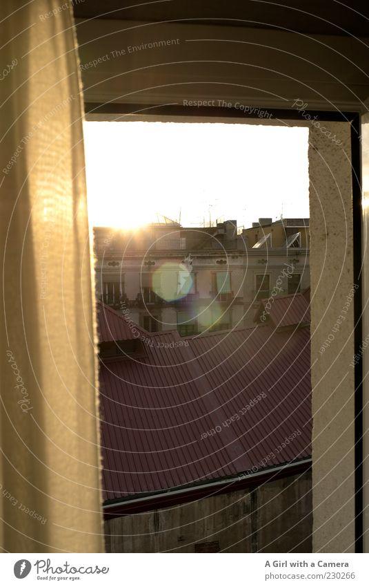 this is my world, this is your world Barcelona Spanien Altstadt Haus Bauwerk Gebäude Mauer Wand Fassade Balkon Fenster Dach Schornstein Antenne leuchten gold