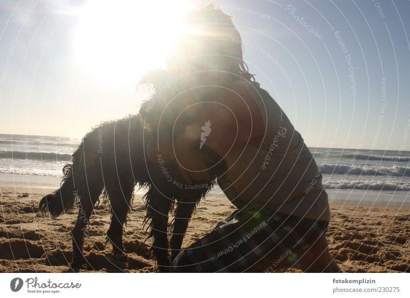 Freundschaft Sommerurlaub Strand Meer Kind Umwelt Natur Hund berühren festhalten träumen Umarmen frei Glück Gefühle Vertrauen Sicherheit Schutz Geborgenheit