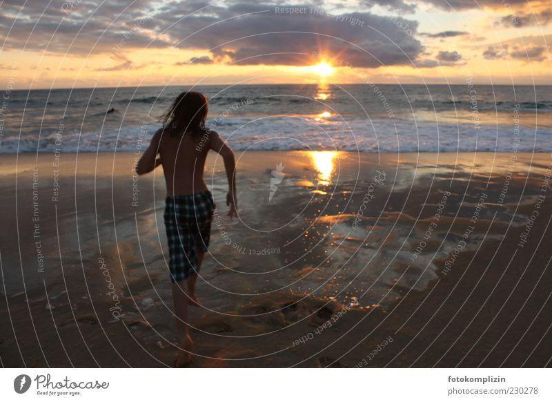 Abendsprung Glück Freizeit & Hobby Natur Horizont Sonnenaufgang Sonnenuntergang Sommer Strand Meer Wasser Schwimmen & Baden rennen frei Unendlichkeit Gefühle