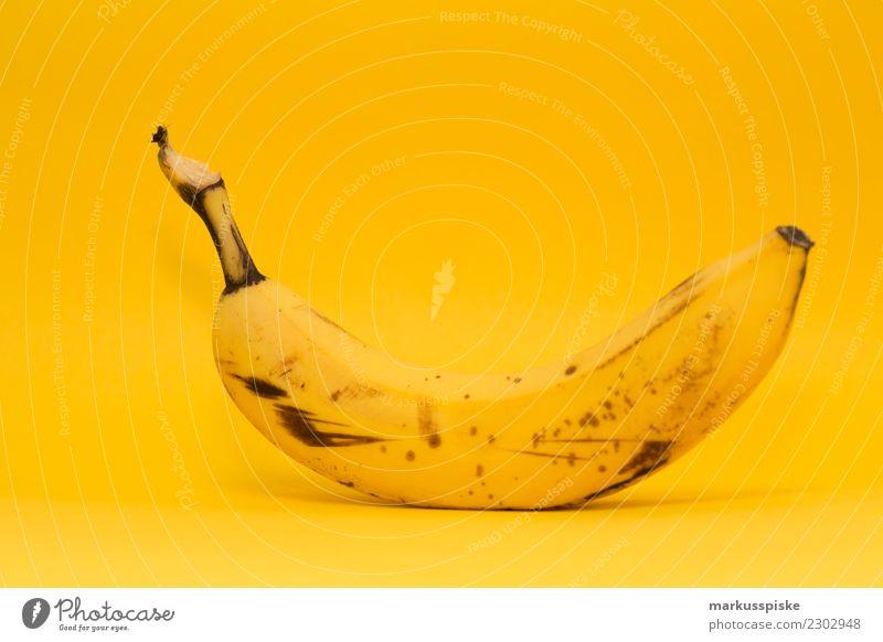 Banane auf gelb Lebensmittel Frucht Bananenschale Ernährung Essen Frühstück Mittagessen Picknick Bioprodukte Vegetarische Ernährung Diät Fasten Slowfood