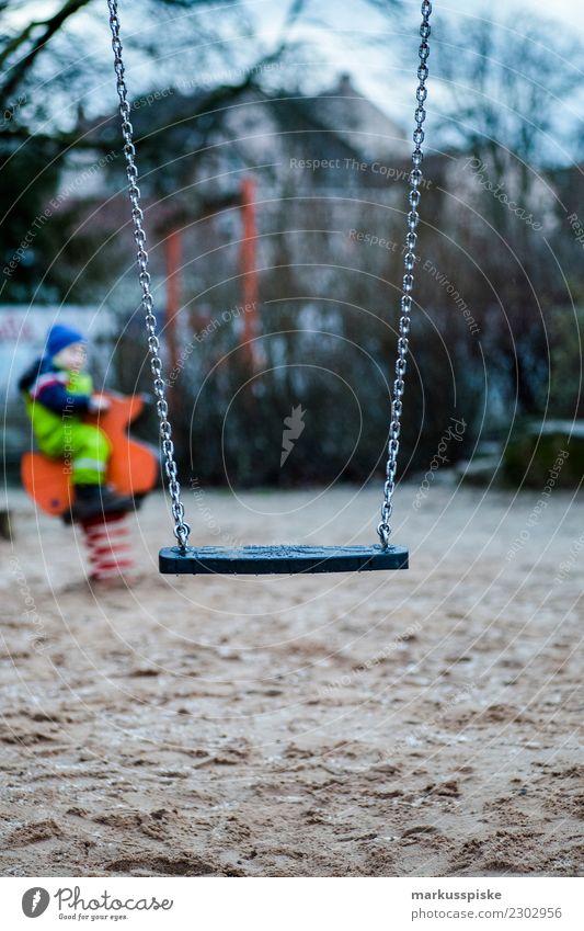Kinderspielplatz Schaukel Mensch Junge Glück Spielen Sand Freizeit & Hobby Körper Kindheit Fröhlichkeit Abenteuer Bildung Kleinkind Kindergarten Kindererziehung