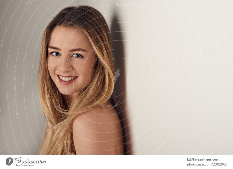 Junge Frau, die über ihrer bloßen Schulter schaut Mensch Jugendliche schön weiß 18-30 Jahre Gesicht Erwachsene Textfreiraum Körper nachdenklich frisch Haut