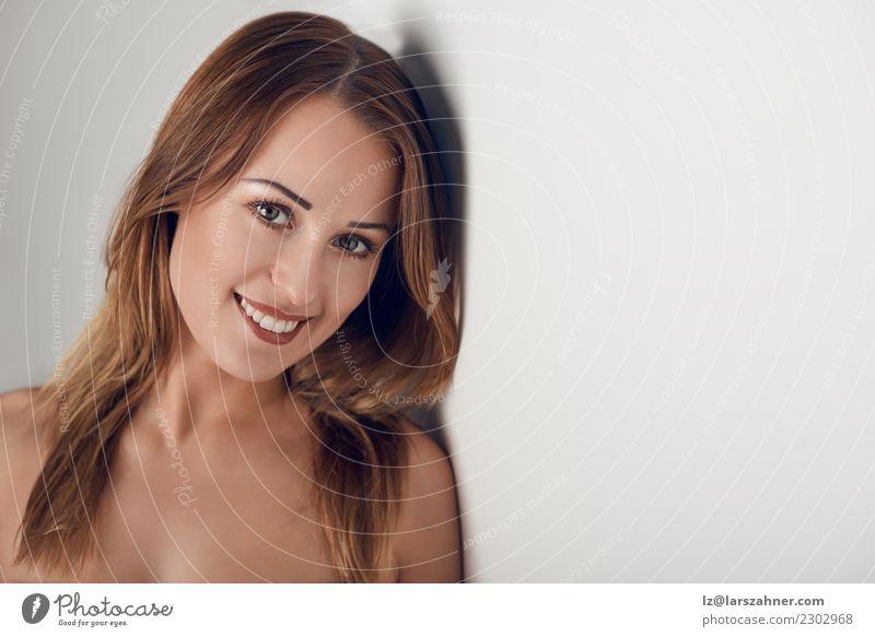 Junge Frau, die über ihrer bloßen Schulter schaut Mensch Jugendliche schön weiß 18-30 Jahre Gesicht Erwachsene lachen Textfreiraum Körper nachdenklich frisch