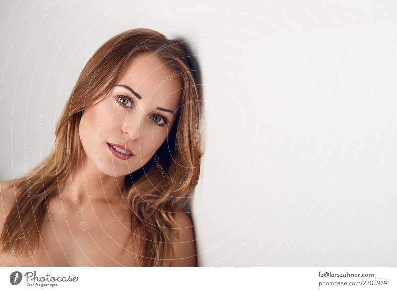 Junge Frau, die über ihrer bloßen Schulter schaut schön Körper Haut Gesicht Schminke Spa Erwachsene 1 Mensch 18-30 Jahre Jugendliche machen frisch niedlich weiß