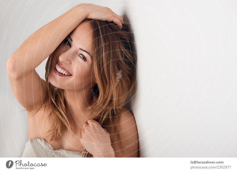 Lächelnde schöne junge Frau mit dem langen Haar Mensch Jugendliche weiß 18-30 Jahre Gesicht Erwachsene lachen Textfreiraum Körper nachdenklich frisch Haut
