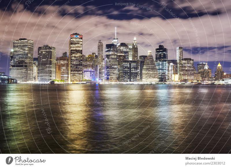 New York City-Skyline nachts, USA. Ferien & Urlaub & Reisen Stadt Architektur Gebäude modern Hochhaus elegant Erfolg kaufen Idee Geld Fluss Bankgebäude