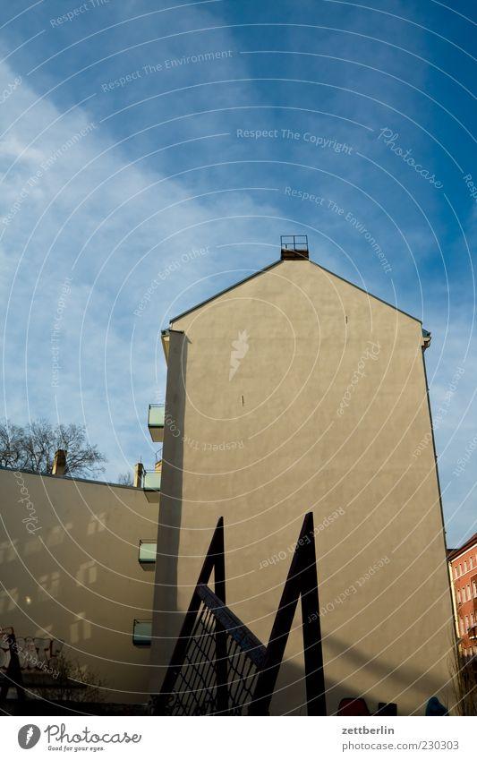 Mitte Haus Himmel Gebäude Mauer Wand Fassade Gefühle Brandmauer Hinterhof Stadthaus Prenzlauer Berg Spielplatz Farbfoto Außenaufnahme Menschenleer Tag Licht