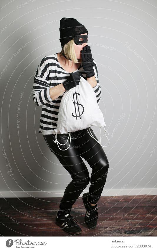 catch me if you can III Mensch Frau Erwachsene 1 beobachten Blick blond Coolness Dieb erschrecken Vorsicht Schleichen Karnevalskostüm Maske Geld Beutezug