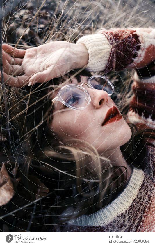 Junge böhmische Frau im Liegen in der Natur Lifestyle Stil schön Haare & Frisuren Haut Gesicht Schminke Erholung ruhig Mensch feminin Junge Frau Jugendliche 1