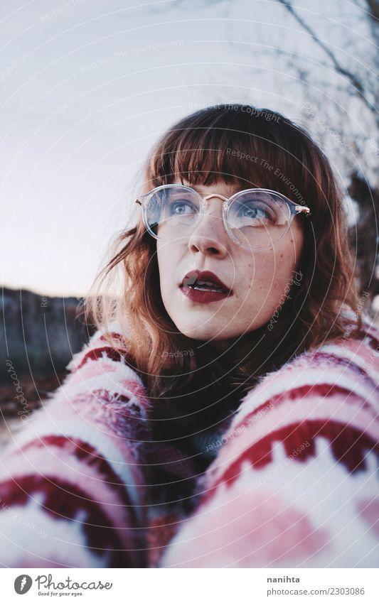 Junge Frau, die Retro- Kleidung trägt Mensch Natur Jugendliche schön 18-30 Jahre Gesicht Erwachsene Lifestyle Umwelt feminin Stil rosa Design träumen retro