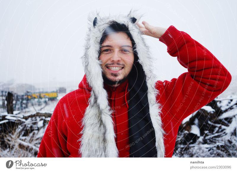 Glücklicher Mann an einem schneebedeckten Tag Lifestyle Stil Freude Wellness Leben harmonisch Wohlgefühl Ferien & Urlaub & Reisen Winter Schnee Winterurlaub