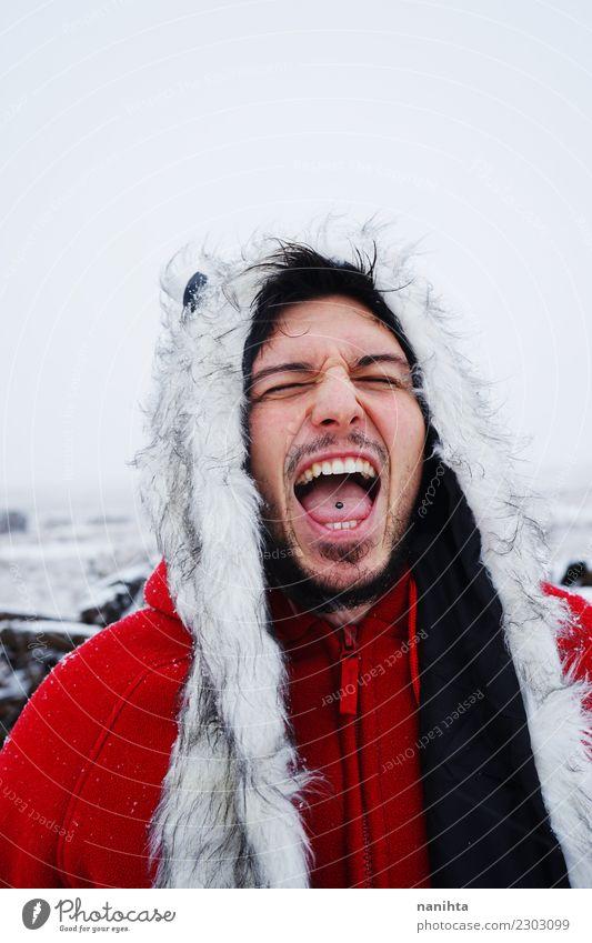 Junger Mann, der an einem Wintertag schreit Lifestyle Stil Ferien & Urlaub & Reisen Abenteuer Freiheit Schnee Winterurlaub Mensch maskulin Junge Frau