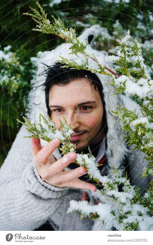 Junger Mann, der den Schnee genießt Lifestyle Stil Freude Mensch maskulin Erwachsene Jugendliche 1 30-45 Jahre Umwelt Natur Winter Klima Wetter Schneefall Baum