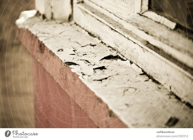 fensterbank Mauer Wand Fenster Beton alt Fensterbrett Holz abblättern Farbfoto Außenaufnahme Detailaufnahme Menschenleer Tag rosa weiß verwittert dreckig