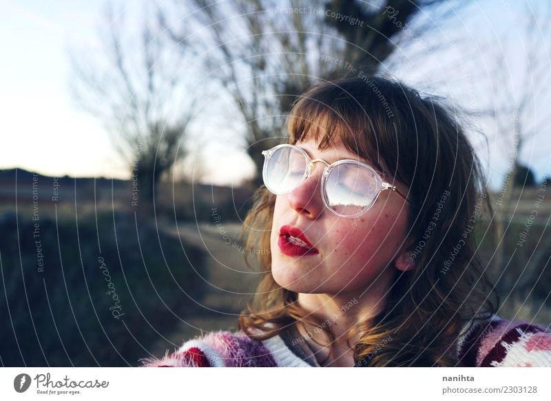 Junge träumerische Frau, welche die Sonne bei Sonnenuntergang genießt Mensch Natur Jugendliche Junge Frau schön Landschaft Baum Erholung 18-30 Jahre Erwachsene