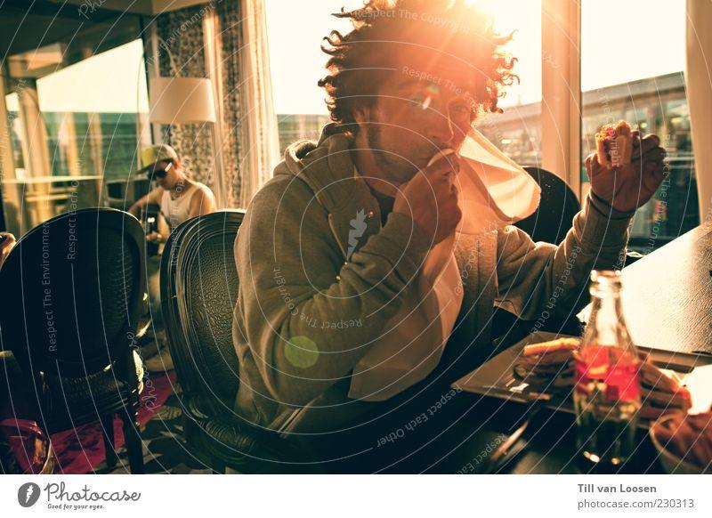 Clubsandwich Lifestyle Stil Haare & Frisuren Sommer Möbel Lampe Restaurant Wolkenloser Himmel Wetter Schönes Wetter schwarzhaarig Afro-Look Bart Coolness gelb