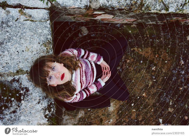 Junge Frau, die draußen Retro- Kleidung trägt Lifestyle Stil Haare & Frisuren Mensch feminin Jugendliche 1 18-30 Jahre Erwachsene Umwelt Natur Erde Pullover