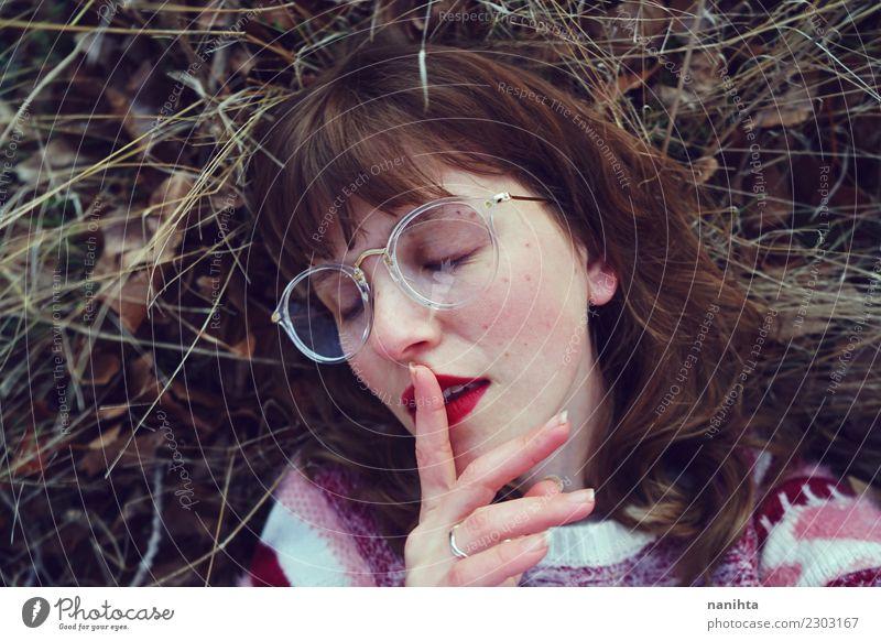 Junge streberische Frau bittet um Ruhe. Lifestyle Stil Design Haare & Frisuren Gesicht Sinnesorgane Erholung ruhig Mensch feminin Junge Frau Jugendliche 1