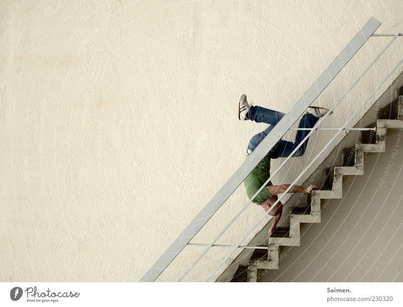 kurz vor Krise Mensch maskulin Mann Erwachsene 1 18-30 Jahre Jugendliche Mauer Wand Treppe Fassade fallen Schmerz gefährlich Desaster Risiko Zerstörung Unfall