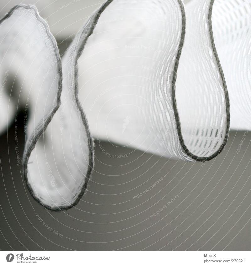 Vorhangschlange weiß grau Stoff hängen Spitze Gardine Schatten Muster Wellenform