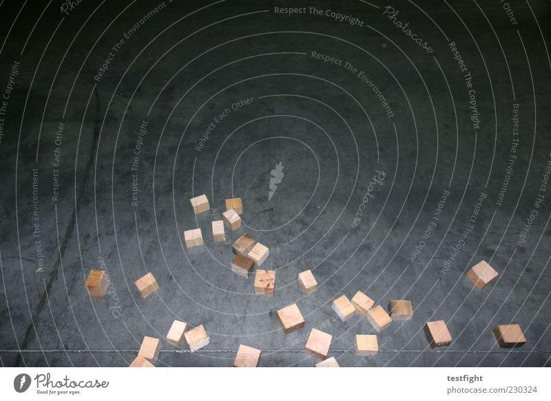 29 klötze dunkel Holz Beton liegen mehrere authentisch Boden viele Teile u. Stücke eckig Würfel Material