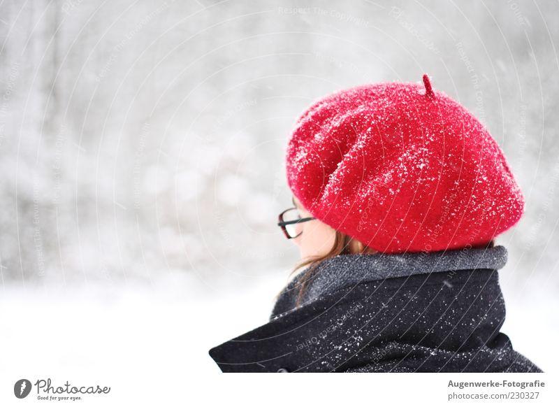 Rotkäppchen Mensch Jugendliche rot Winter Erwachsene Kopf Schneefall 18-30 Jahre Junge Frau Mütze Brillenträger Baskenmütze Kälteschutz